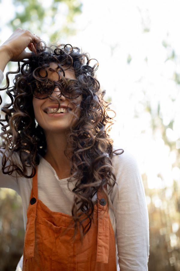 Girl wearing Karün Sunglasses Orca made with ECONYL® regenerated nylon